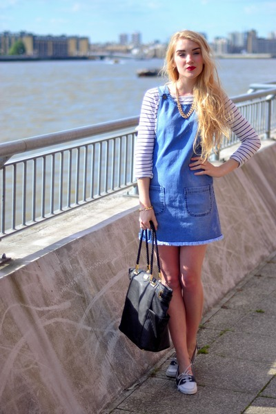 denim pinafore with sneakers